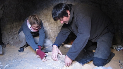 Michaela and Maickel transferring a rather long section of coffin side from near skeletib 244-13