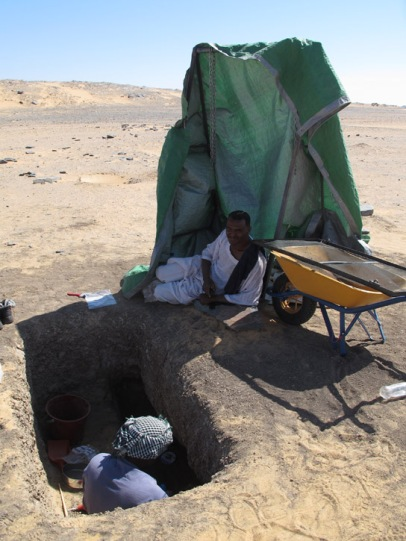 No wind but quite hot lately. Mohamed excavating under the watchful gaze of workman and site guard Rami Mohamed (waiting to sift the soil excavated from the grave).
