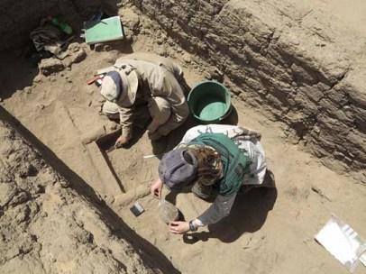 Philippa Ryan and David Fallon xcavating garden plots under house D12.6