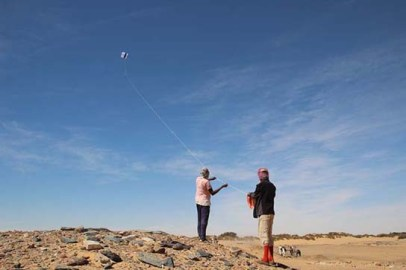 Hashem Shawgi and Abd el-Qadus guiding the photographic kite over the ancient town