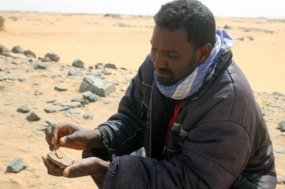 One of our workmen from Ernetta Island, Fareed Mohammed, contrasts an Egyptian wheelmade sherd with a local handmade example.